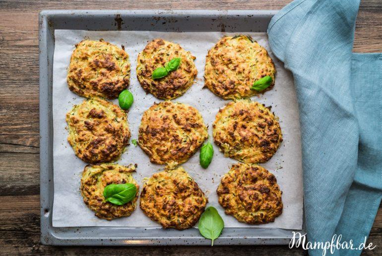 Super simple Zucchini Bratlinge aus dem Ofen. Sie sind ganz schnell vorbereitet und ein klasse Familiengericht, wenn gerade keiner Zeit und Lust zum Kochen hat.