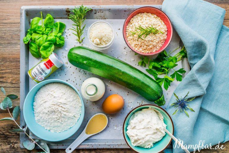 Für Zucchini Bratlinge braucht ihr nur ein paar Zutaten und wenn ihr sie im Ofen macht, seid ihr nach 10 Minuten schon durch mit dem Kochen. Wir finden die Bratlingen sind ein klasse Familienessen. Für mehr leckere Familiengerichte, besucht uns doch mal auf mampfbar.de