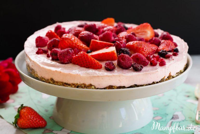 Toller rosa Cheesecake ganz ohne raffiniertem Zucker. Weitere leckere Rezepte für Kinder und die ganze Familie findet ihr bei uns auf mampfbar.de