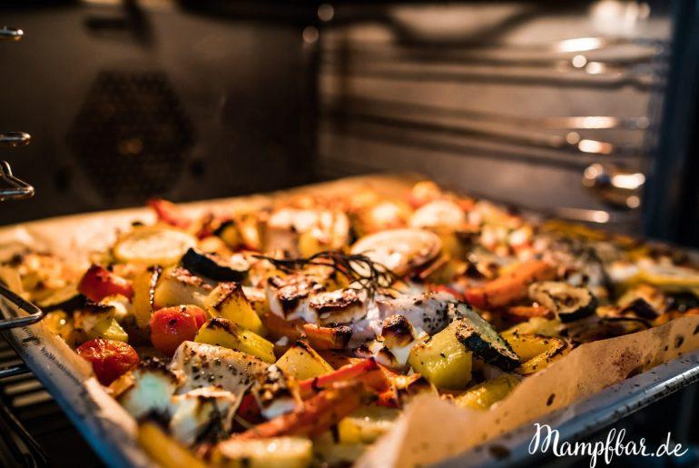 Was sind die besten Familienrezepte? Die super Einfachen natürlich! Unser Ofengemüse mit Hühnchen ist easypeasy gemacht und schmeckt richtig lecker. Für mehr Rezepte für eure Familie, hüpft doch mal zu uns rüber: mampfbar.de