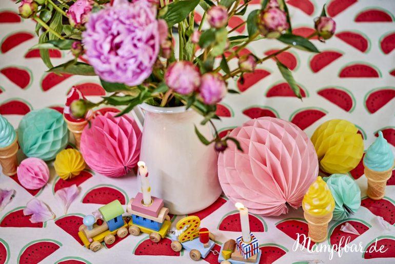 Wir haben ein paar schöne bunte Deko-Ideen für euren nächsten Kindergeburtstag. Und dazu gibt's tolle, einfache Rezepte. Klick hier für den ganzen Beitrag.
