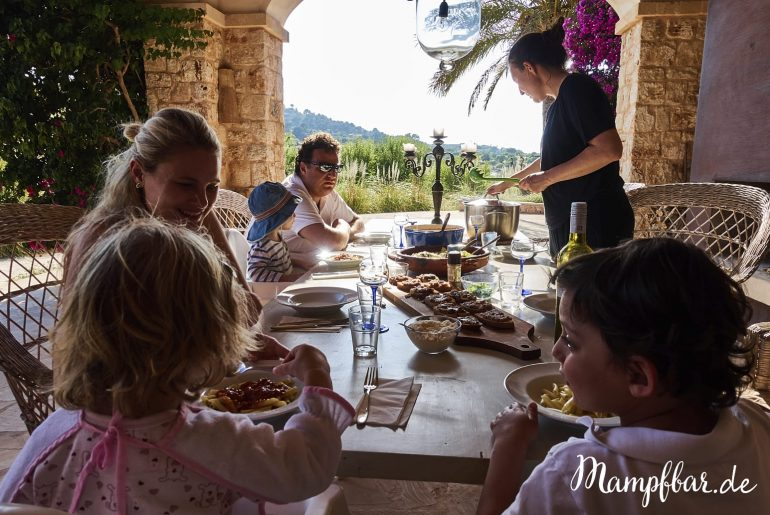 Mit diesem leckeren Lasagne-Rezept kriegen wir immer eine extra Portion Gemüse in unsere Tochter. Sind eure Kinder auch kleine Gemüseverweigerer? Dann klickt hier und kommt uns besuchen für viele leckere Gemüseschmuggel-Ideen.