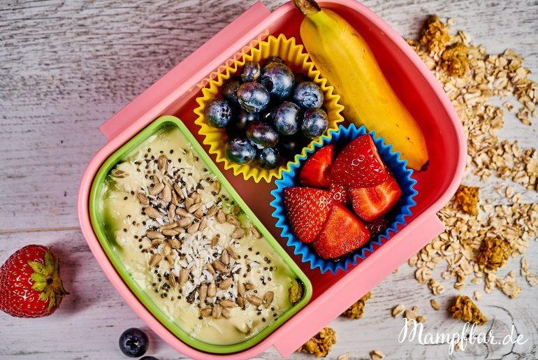 Gesundes und leckeres Frühstück für Kinder - Müsli mit frischem Obst, jeden Tag ein bisschen anders. Klickt hier für das ganz einfache Rezept und weitere leckere Ideen für die Brotdose/Lunchbox.