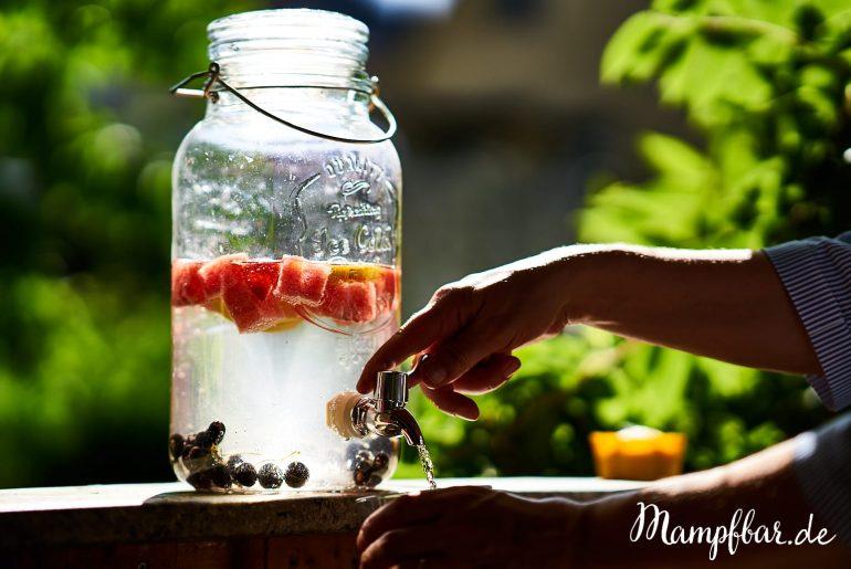 Eine fruchtige Alternative für eure Kinder, wenn ihr auf süße Getränke verzichten möchtet: fruit infused water oder auch einfach: Wasser mit Obst