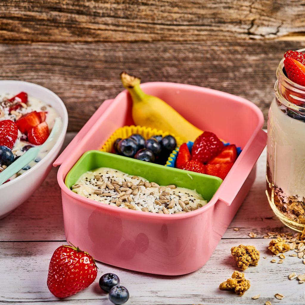 Gesundes und leckeres Frühstück für Kinder - Müsli mit frischem Obst, jeden Tag ein bisschen anders. Klickt hier für das ganz einfache Rezept und weitere leckere Ideen für eure Familie.